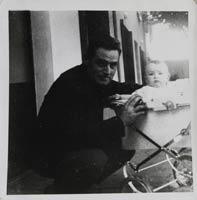René et Bruno Chartron devant l'établissement